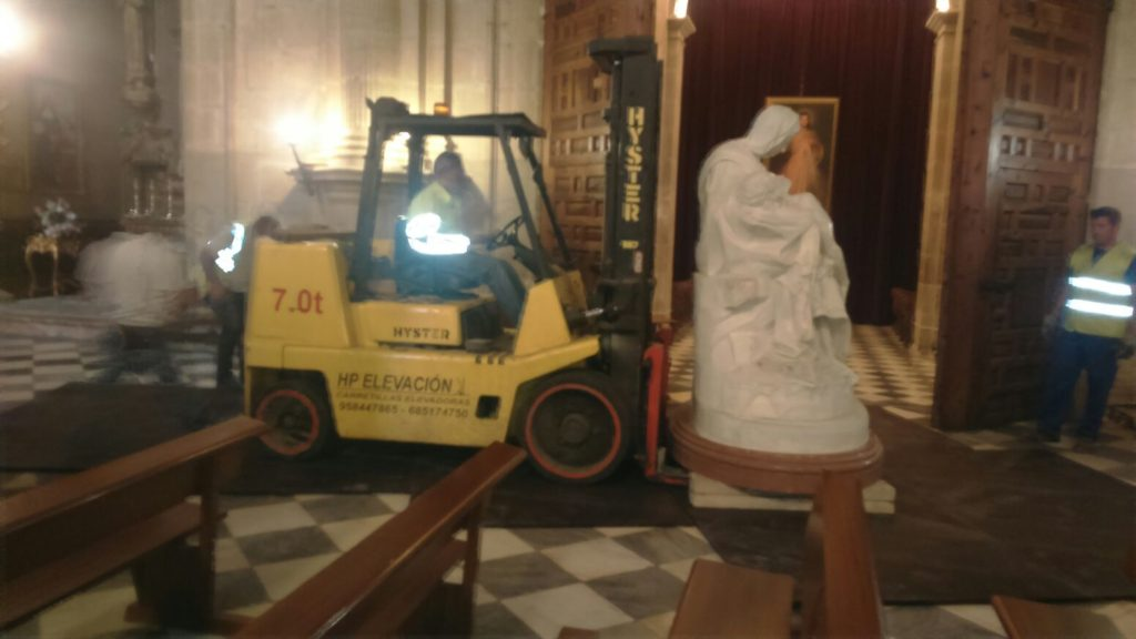 Movimiento de escultura en la Catedral de Guadix - Espagruas
